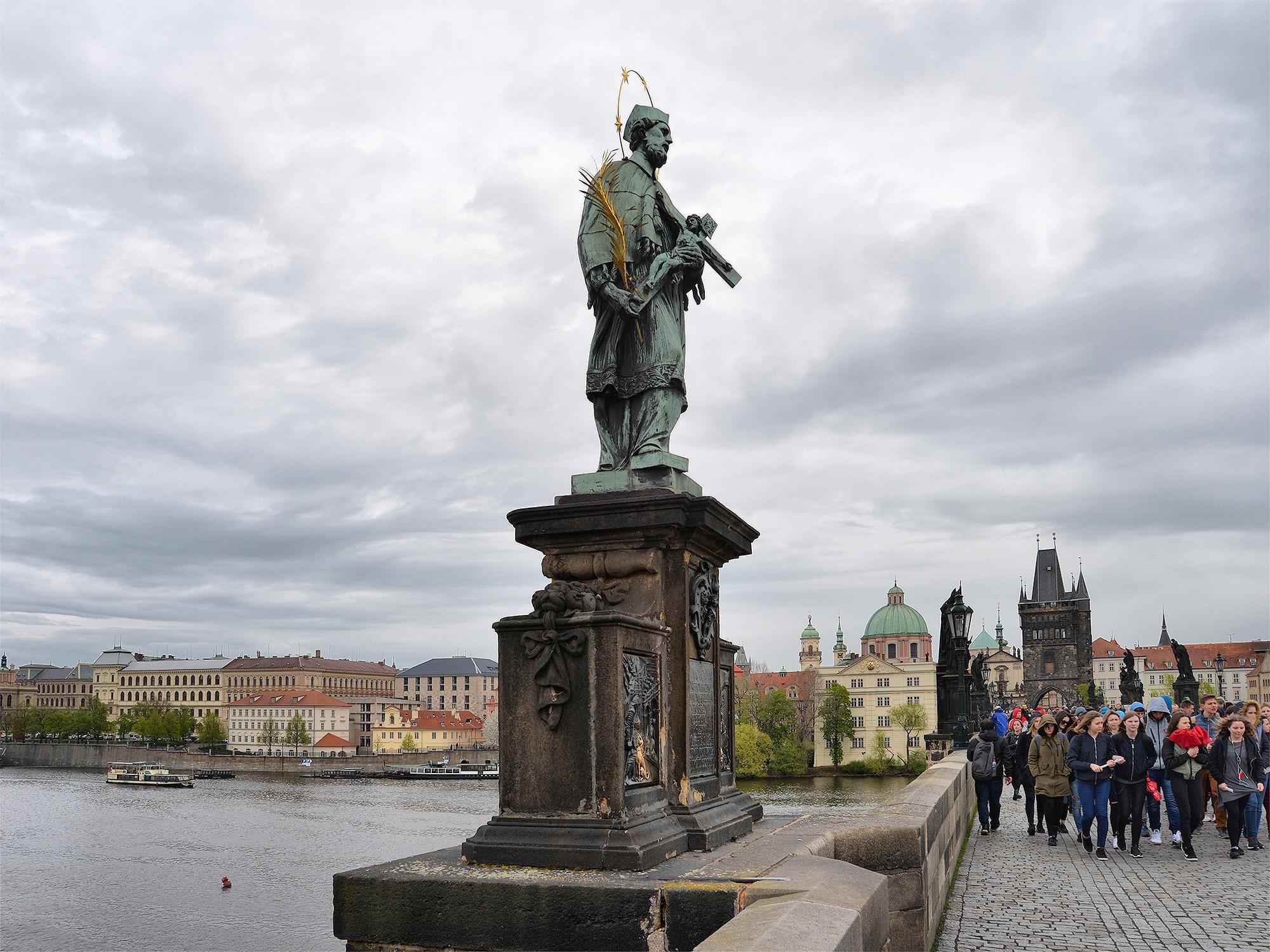 Скульптура Яна Непомуцкого на Карловом мосту, Прага, Чехия